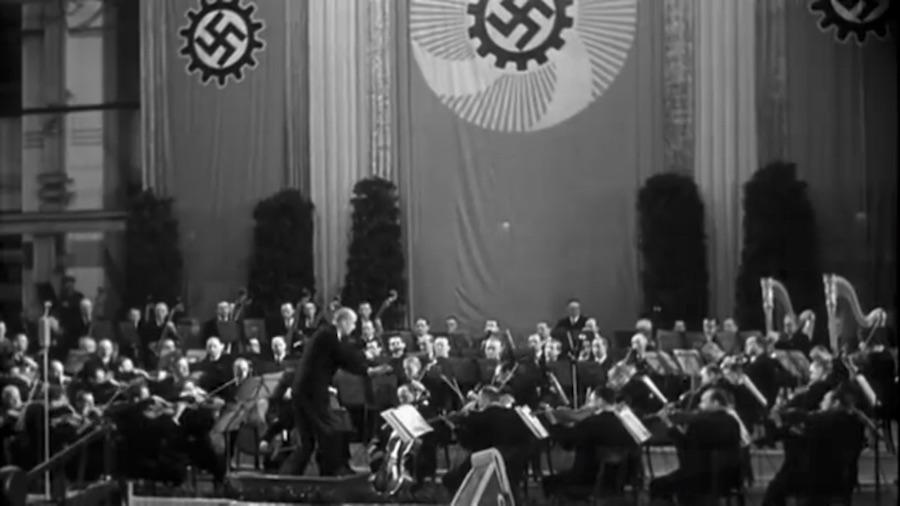 """Wilhelm Furtwängler en het Berliner Philharmoniker in 1942, gedurende een uitvoering van Wagners Overture uit """"Die Meistersinger von Nürnberg""""."""